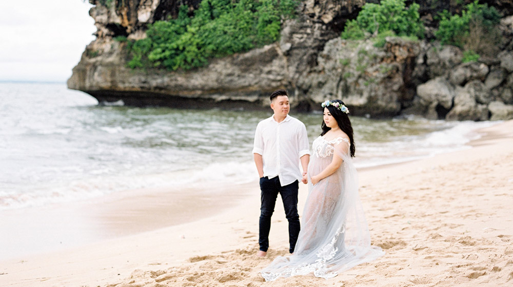 beach maternity shoot in bali